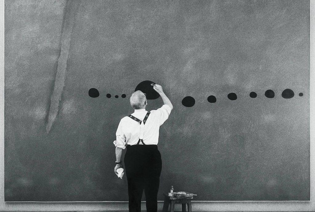 El artista Joan Miró, trabajando en la obra, en París, en 1961. SUCCESIÓ MIRÓ / ADAGP EL PAÍS